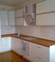 """Кухня:фасад- МДФ белый крашенный,AL рамка с белым стеклом,столешница пластик""""бук"""""""