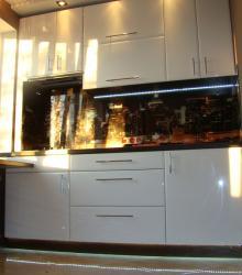 Кухня:фасад- краска глянец ,столешница искусственный камень Tristone коричневый,фартук-фотопечать