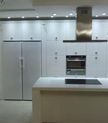 Кухня:фасад- краска глянец ,столешница искусственный камень Tristone белый